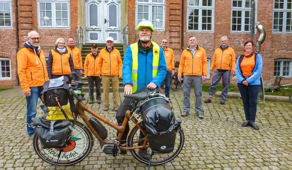 Beste Wünsche vom ADFC-Pinneberg - Verabschiedung von Hans Rutar und seinem Bambusrad vor der Drostei
